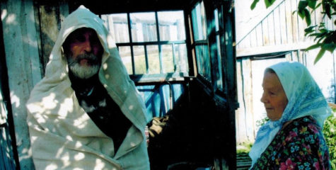Демонстрация погребального савана Е.А. Чудиновой, с. Большая Талда Кемеровской области, 2009 г.